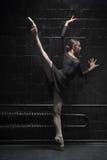 Młody tancerza szkolenie w ciemnym pokoju zdjęcie royalty free