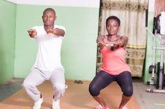 Młody trener trenuje młodej kobiety Fotografia Stock