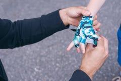 Młody trener wiąże boksujący bandaż child& x27; s uczeń children& x27; s boks zamazujący tło horyzontalny Fotografia Stock