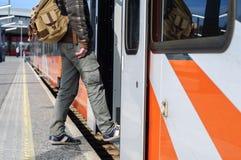 Młody turystyczny mężczyzna na stacj kolejowych pobliskich taborowych drzwiach Fotografia Royalty Free
