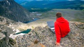 Młody turystyczny mężczyzna pracuje na laptopie zdjęcie royalty free