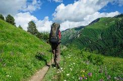 Młody turystyczny odpoczywać na wierzchołku przegapia dolinę Obrazy Royalty Free