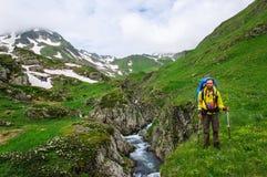 Młody turystyczny odpoczywać na wierzchołku przegapia dolinę zdjęcia royalty free