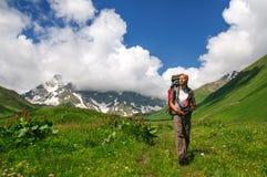 Młody turystyczny odpoczywać na wierzchołku przegapia dolinę zdjęcie royalty free