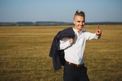 Młody uśmiechnięty biznesmen iść z jego indexed palcem up Ja symbolizuje uwagę Jest czujny zdjęcie royalty free