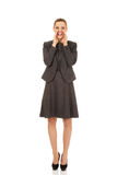 Młody uśmiechnięty biznesowej kobiety krzyczeć głośny lub dzwonić someone Fotografia Stock