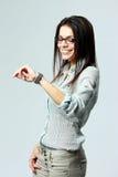 Młody uśmiechnięty bizneswoman patrzeje jej zegarek na nadgarstku Zdjęcia Royalty Free