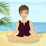 Młody uśmiechnięty bizneswoman robi joga na tropikalnej plaży Obrazy Royalty Free