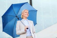 Młody uśmiechnięty bizneswoman z parasolem outdoors Obrazy Royalty Free