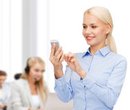 Młody uśmiechnięty bizneswoman z smartphone Fotografia Stock