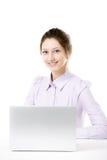 Młody uśmiechnięty dziewczyny obsiadanie przed laptopem obrazy royalty free