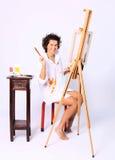 Młody uśmiechnięty kędzierzawy kobieta malarz Fotografia Royalty Free