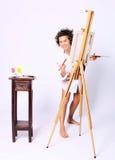 Młody uśmiechnięty kędzierzawy kobieta malarz Zdjęcia Royalty Free