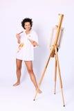 Młody uśmiechnięty kędzierzawy kobieta malarz Zdjęcie Royalty Free