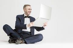 Młody Uśmiechnięty Kaukaski blondynu mężczyzna mienia laptop i ono Uśmiecha się Obraz Royalty Free