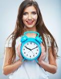 Młody uśmiechnięty kobieta chwyta zegarek Piękny Uśmiechnięty dziewczyna portret Zdjęcia Royalty Free