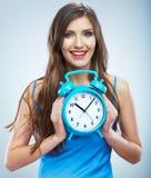 Młody uśmiechnięty kobieta chwyta zegarek Piękny Uśmiechnięty dziewczyna portret Obraz Stock