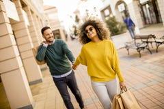Młody uśmiechnięty para zakupy w miastowej ulicie obraz royalty free