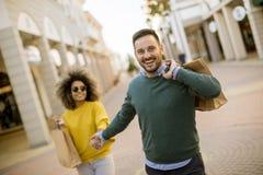 Młody uśmiechnięty para zakupy w miastowej ulicie obrazy stock