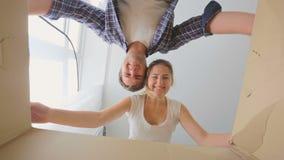 Młody uśmiechnięty pary otwarcia karton i patrzeć inside zbiory wideo