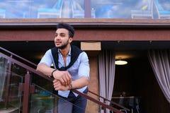 Młody uśmiechnięty przystojny męski Arabski pojawienie opiera na piersi brzęczeniach Obrazy Royalty Free