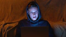 Młody uczeń bawić się online grzebaka przy nocą, z podnieceniem wygrany pieniądze, uprawiający hazard zbiory wideo