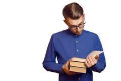 Młody uczeń czyta książkę z szkłami, odosobnioną Zdjęcia Stock