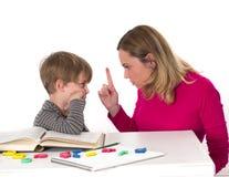 Młody uczeń no chce uczyć się, on stawać twarzą w twarz jego matki która zagraża on obrazy royalty free