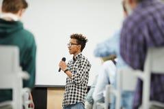 Młody uczeń przedstawia jego początkowego projekt przy konferencją zdjęcie royalty free
