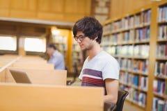 Młody uczeń używa jego laptop zdjęcia stock
