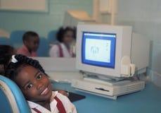 Młody uczeń z rocznika komputer apple Fotografia Royalty Free