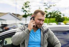 Młody ufny mężczyzna opowiada na telefonie Zdjęcie Royalty Free