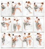 Młody uroczy pary lying on the beach w łóżku zdjęcia royalty free