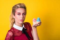 Młody właściciel bufet oferuje babeczki Pojęcie styl życia i mały biznes obrazy stock