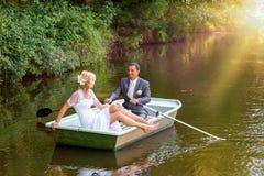 Młody właśnie zamężny państwo młodzi na łodzi Zdjęcia Royalty Free