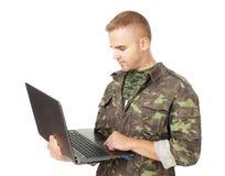 Młody wojsko żołnierz z laptopem Fotografia Royalty Free