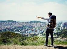 Młody wycieczkowicza mężczyzna odkrywa nowego miasto w jego nożnej podróży Zdjęcia Stock