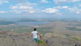 Młody wycieczkowicza odprowadzenie wzdłuż imponująco góry falezy jeziora na tle zbiory wideo