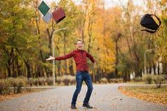 Młody z podnieceniem studencki szczęśliwy że przechodzący egzaminy Mężczyzna dźwigania ręki fotografia royalty free