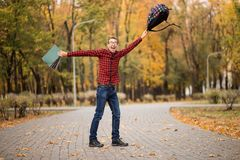 Młody z podnieceniem studencki szczęśliwy że przechodzący egzaminy Mężczyzna dźwigania ręki zdjęcia royalty free