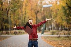 Młody z podnieceniem studencki szczęśliwy że przechodzący egzaminy Mężczyzna dźwigania ręki zdjęcie stock