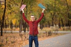 Młody z podnieceniem studencki szczęśliwy że przechodzący egzaminy Mężczyzna dźwigania ręki fotografia stock