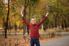 Młody z podnieceniem studencki szczęśliwy że przechodzący egzaminy Mężczyzna dźwigania ręki obrazy royalty free