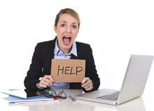 Młody zaakcentowany bizneswomanu mienia pomocy znak przepracowywał się przy biurowym komputerem Fotografia Royalty Free