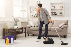 Młody zmęczony mężczyzna cleaning dom fotografia royalty free