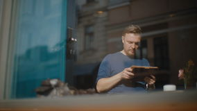 Młodych człowieków czeków dokumenty na pastylce zbiory wideo