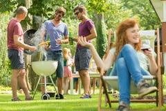 Młodych człowieków piec na grillu fotografia royalty free