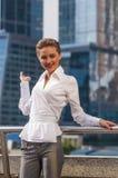 Młodych dziewczyn businessmanstands przeciw tłu nowożytny centrum biznesu Zdjęcia Stock