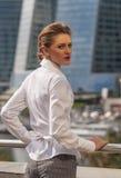 Młodych dziewczyn businessmanstands przeciw tłu nowożytny centrum biznesu Zdjęcie Stock