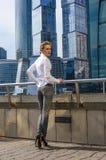 Młodych dziewczyn businessmanstands przeciw tłu nowożytny centrum biznesu Obraz Royalty Free